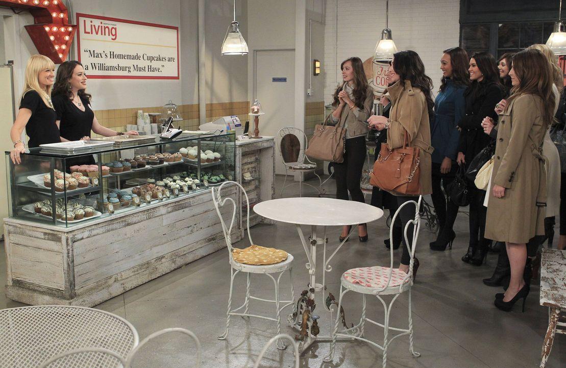 Ihr Cupcake-Laden läuft gut, aber noch besser wäre es für Caroline (Beth Behrs, l.) und Max (Kat Dennings, 2.v.l.), wenn kein Puppenspieler vor i... - Bildquelle: Warner Bros. Television
