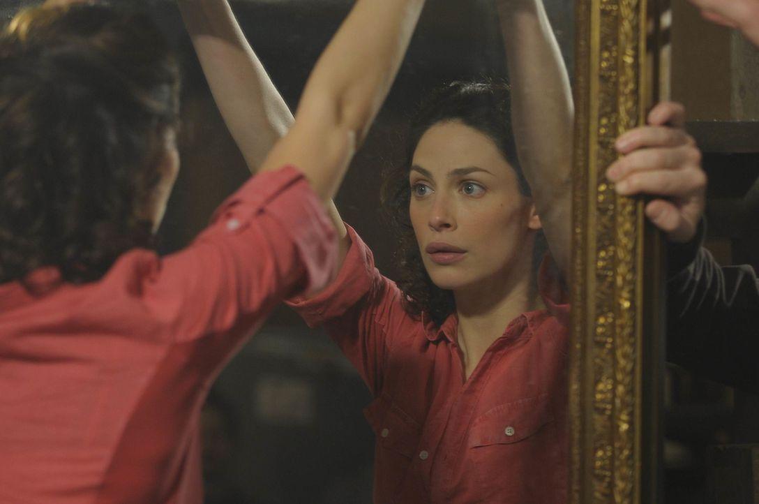 Während einer Inventur im Warehouse wird Myka (Joanne Kelly) aus Versehen in einem Spiegel gefangen. - Bildquelle: Philippe Bosse SCI FI Channel