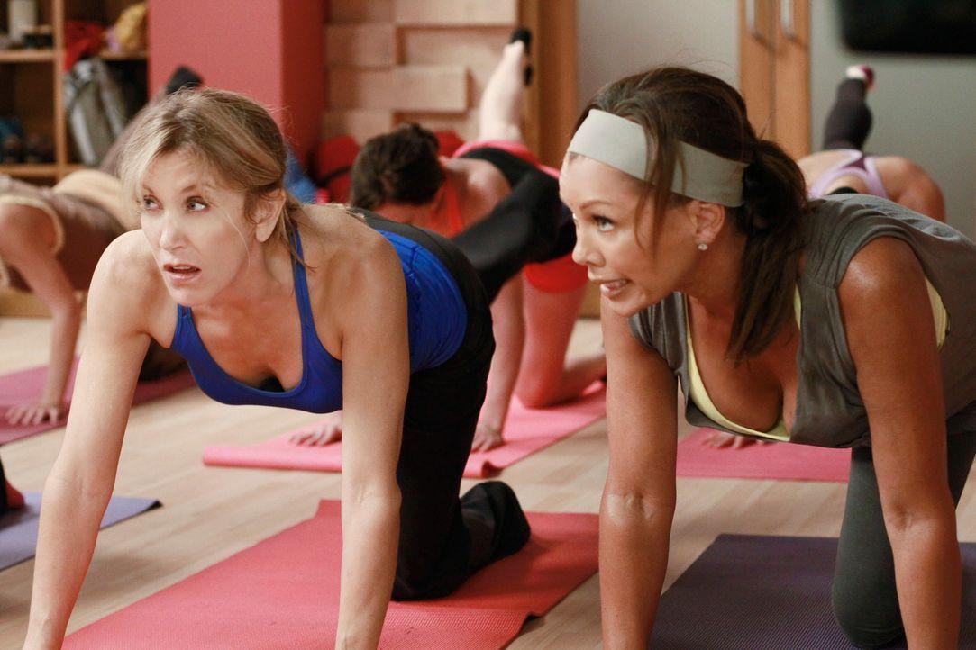 Wollen in einem Yoga-Kurs, Toms neue Freundin ausspähen: Lynette (Felicity Huffman, l.) und Renee (Vanessa Williams, r.) ... - Bildquelle: ABC Studios