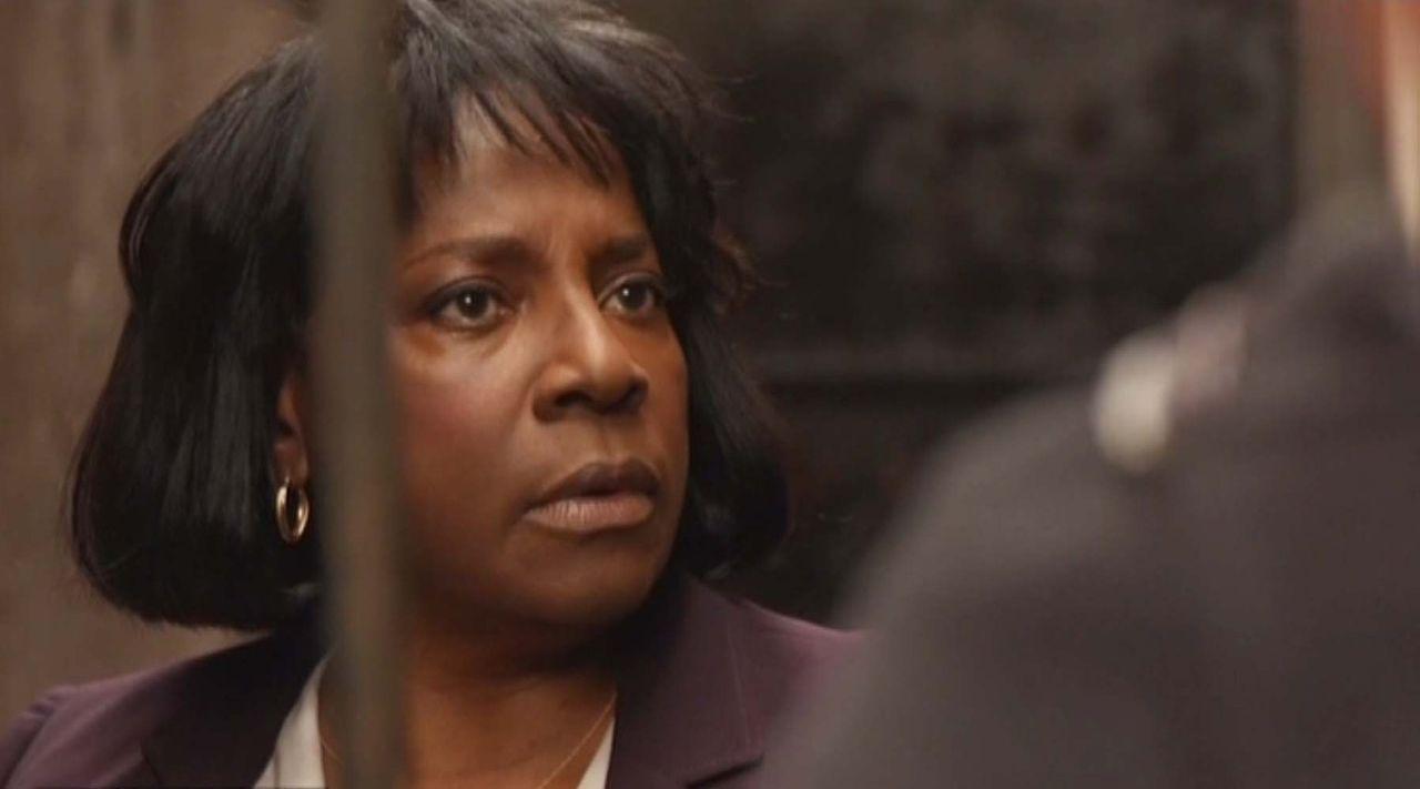 Nach einer gefährlichen Verfolgungsjagt versucht Carver (LaTanya Richardson), den Flüchtigen zum Reden zu bringen ... - Bildquelle: 2014 CBS Broadcasting Inc. All Rights Reserved.