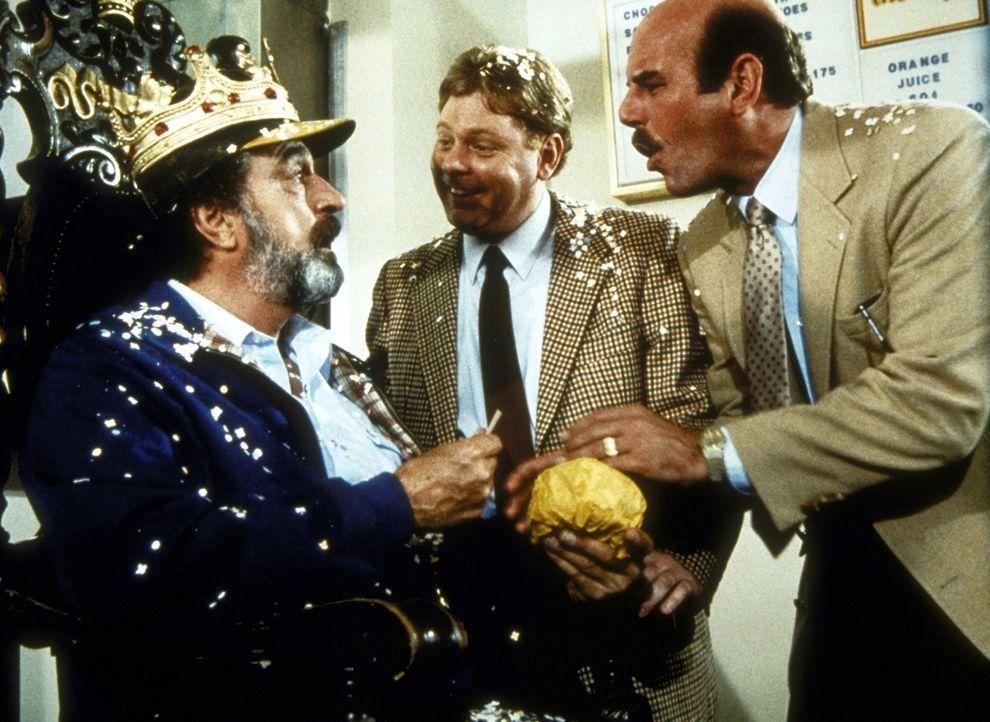 """""""Hamburgerkönig"""" Mark (Victor French, l.) wird von allen möglichen Leuten umworben, die ihm nach seinem Fünf-Millionen-Dollar-Gewinn etwas verkau... - Bildquelle: Worldvision Enterprises, Inc."""
