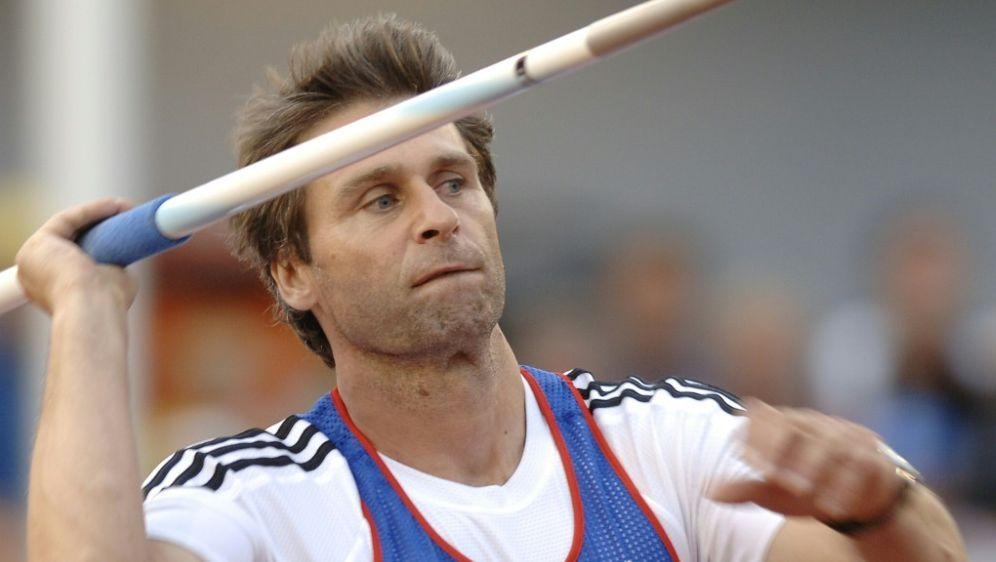 Spende: Zelezny überreicht IAAF seinen Weltrekord-Speer - Bildquelle: AFPSIDERIC FEFERBERG