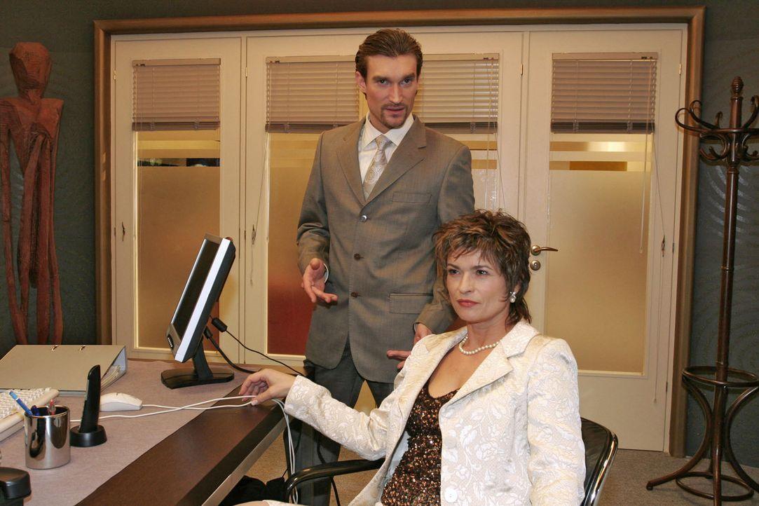 Die Zeit ist reif: Richard (Karim Köster, l.) und Sophie (Gabrielle Scharnitzky, r.) sind sich sicher, dass der Plan, David endgültig zu kippen, i... - Bildquelle: Sat.1