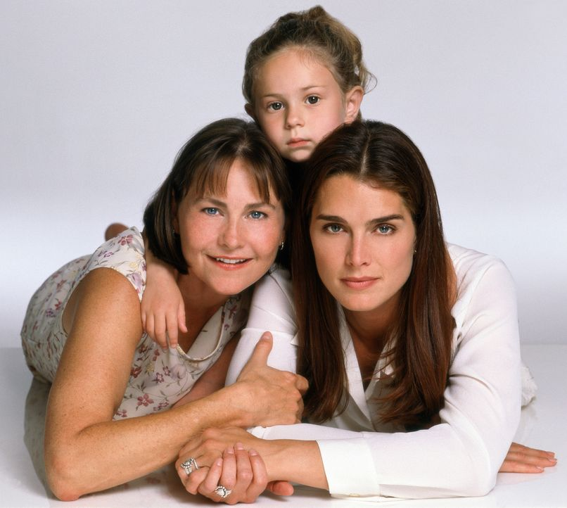 Eine richtige Familie: Janine Nielssen (Brooke Shields, r.), Sandy Cataldi (Cherry Jones, l.) und Heather (Jordy Benattar, M.) - Bildquelle: CPT Holdings, Inc.  All Rights Reserved.