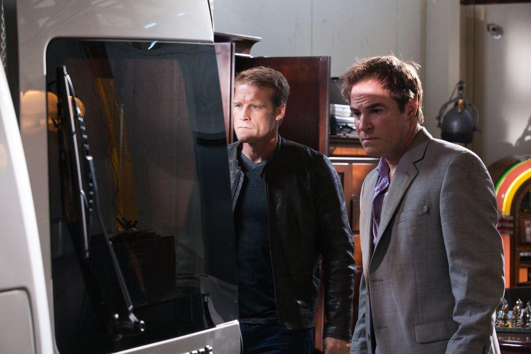 Die Schlüssel ihres Klienten öffnet einen zunächst normal wirkenden Lagerraum, im Inneren entdecken Chance (Mark Valley, l.) und Broward (Nick Chinl... - Bildquelle: 2011  Warner Bros.