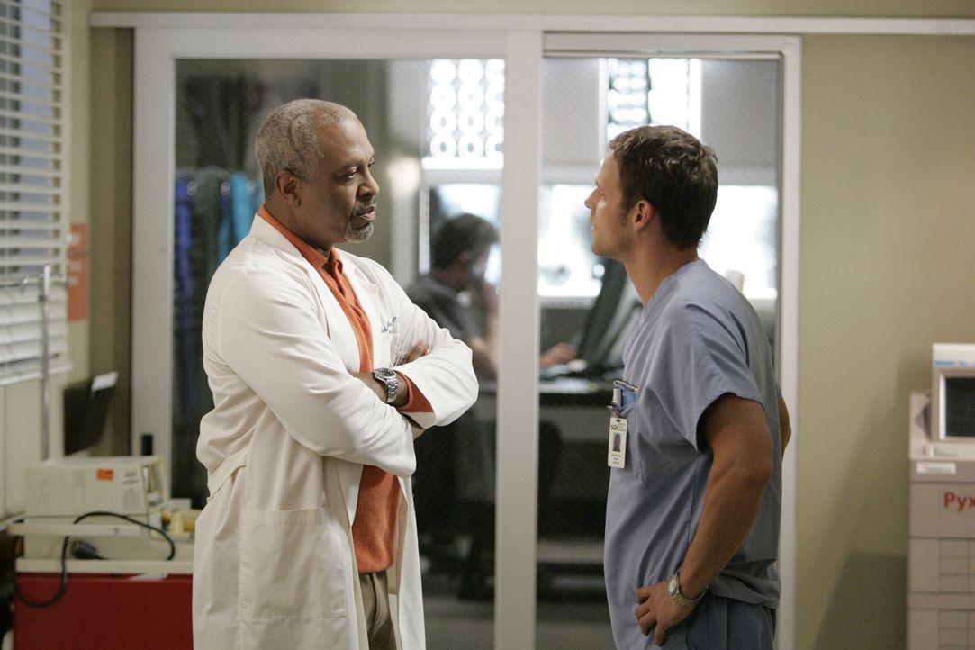 Keine angenehme Unterhaltung: Webber (James Pickens Jr., l.) und Alex (Justin Chambers, r.) ... - Bildquelle: Touchstone Television