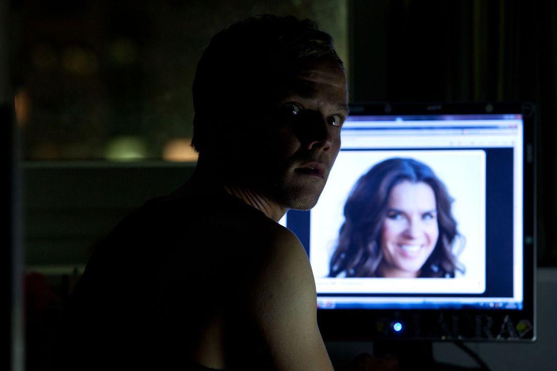 Wie ein Süchtiger verschlingt Breiler (Matthias Koeberlin) alles, was er im Netz über Katarina Witt findet ... - Bildquelle: Conny Klein SAT. 1