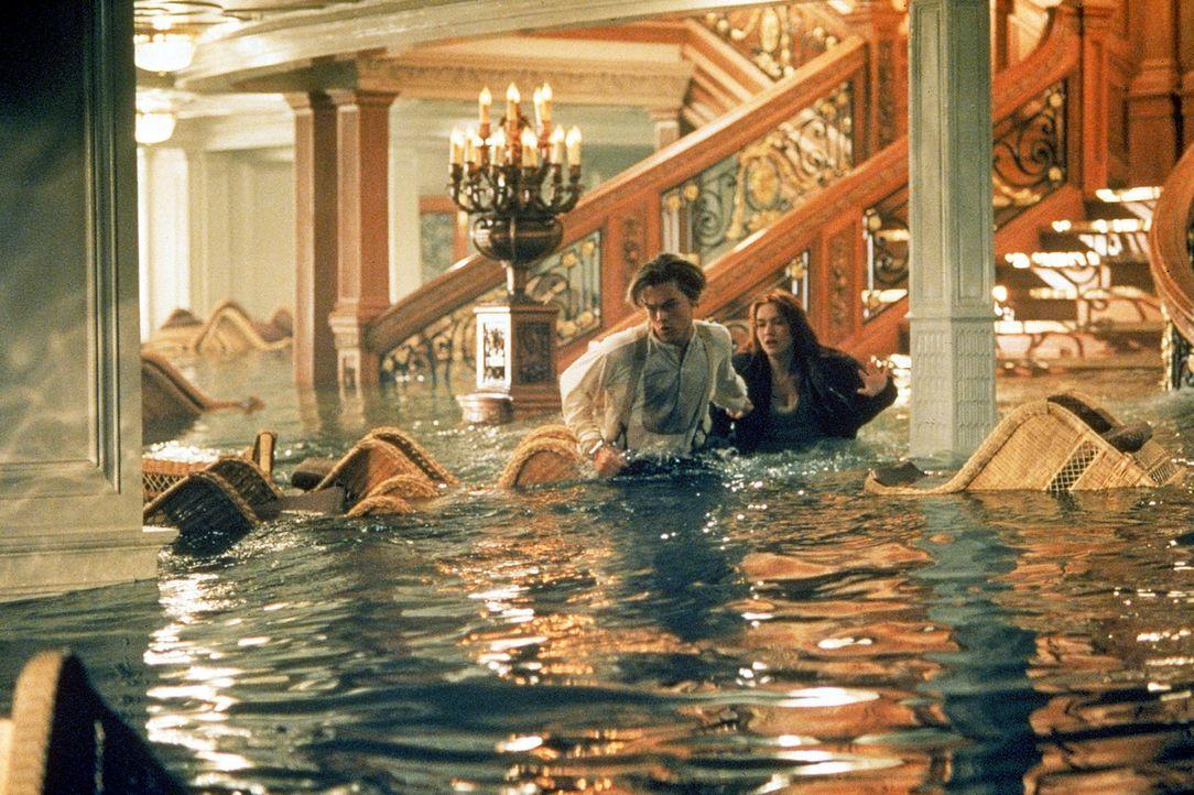 Während die Titanic sinkt, wird Jack (Leonardo DiCaprio, l.) des Diebstahls bezichtigt und unter Arrest gestellt. Rose (Kate Winslet, r.) sagt sich... - Bildquelle: 20th Century Fox