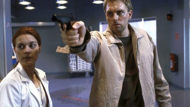 Mit geladener Waffe sucht ein junger Mann (Steven Gätjen, r.) den Arzt, der a...