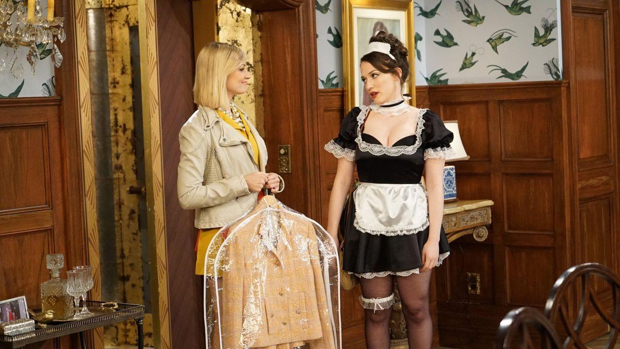 Max (Kat Dennings, r.) muss einspringen, als Caroline (Beth Behrs, l.) für ihre gerade aus dem Koma erwachten Großmutter ein schickes Essen vorberei... - Bildquelle: Warner Brothers
