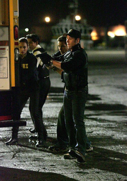Liz Warner (Aya Sumika, l.), Don (Rob Morrow, r.) und Colby (Dylan Bruno, 2.v.r.) auf dem Weg, die Terroristen zu stoppen ... - Bildquelle: Paramount Network Television
