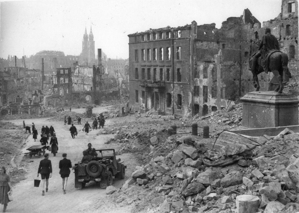 Nürnberg, 1945: Warum haben Millionen Adolf Hitler und seine Politik bis zur Zerstörung des eigenen Landes unterstützt? - Bildquelle: US National Archives