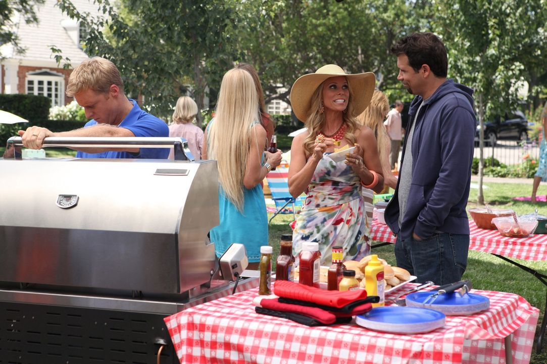 Das Barbecue ist im vollen Gange: George (Jeremy Sisto, r.), Dallas (Cheryl Hines, 2.v.r.) und Noah (Alan Tudyk, l.) ... - Bildquelle: Warner Bros. Television