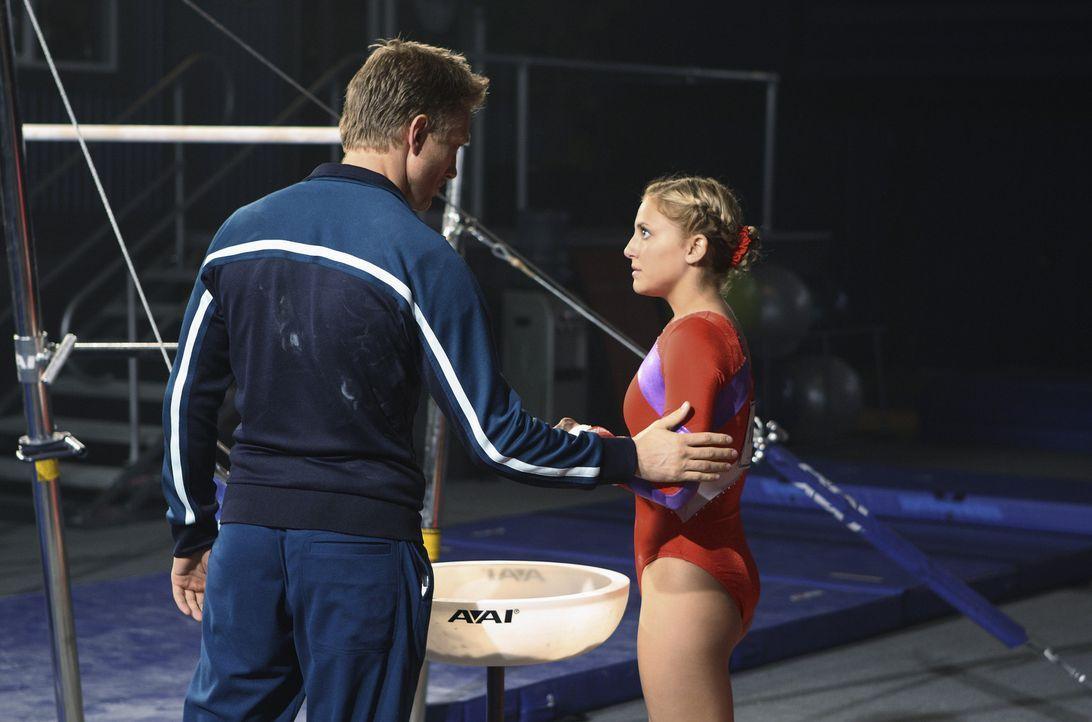 Sasha Beloff (Neil Jackson, l.) sagt Lauren (Cassie Scerbo, r.), dass er den Schwierigkeitsgrad für ihre Übungen hochsetzen will ... - Bildquelle: 2009 DISNEY ENTERPRISES, INC. All rights reserved. NO ARCHIVING. NO RESALE.