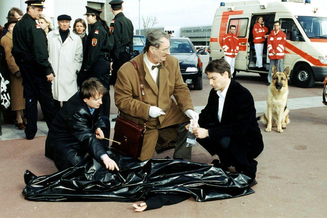 Wieder ist ein seltsamer Mord passiert. Dr. Graf (Gerhard Zemann, M.) zeigt Kommissar Brandtner (Gedeon Burkhard, r.) und Kommissar Böck (Heinz Wei... - Bildquelle: Sat.1