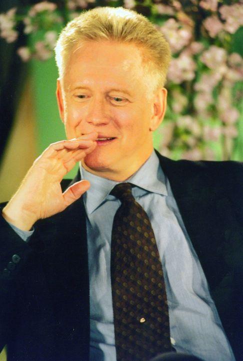 """Der Milliardär Rupert Iris (Bruce Davison) verspricht demjenigen eine Million Dollar, der es schafft, das """"Sex-Fasten"""" einer der Frauen zu brechen .... - Bildquelle: Kali Films"""