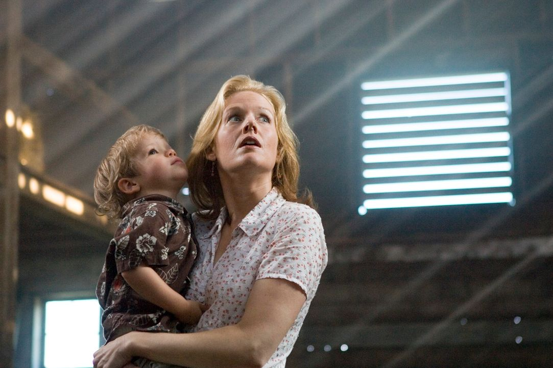 Viel zu spät erkennt Bens (Evan / Theodore Turner, l.) Mama Denise (Penelope Ann Miller, r.), dass sie den Geistern der Vergangenheit Gehör schenken... - Bildquelle: 2005 GHP-3 SCARECROW, LLC.
