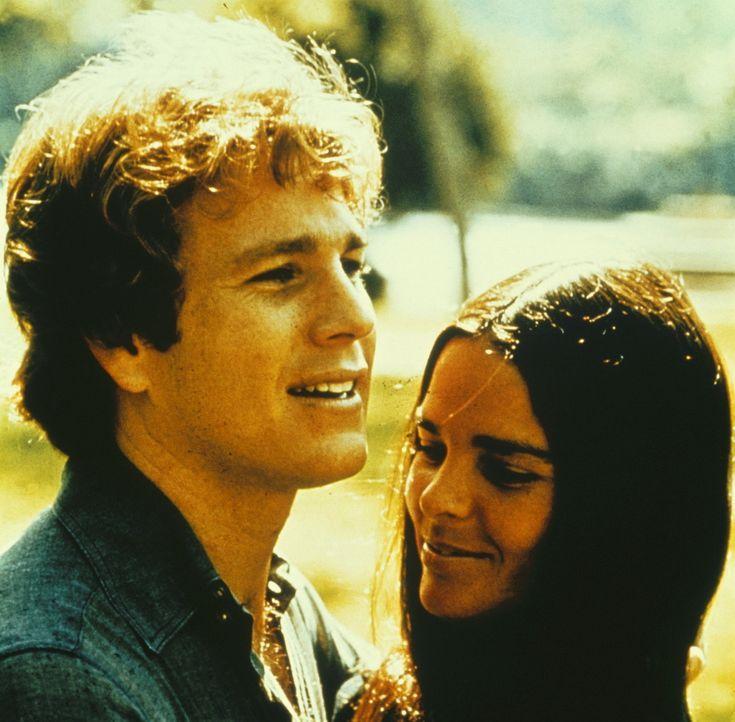 Gegensätze ziehen sich an: Jennifer Cavalieri (Ali MacGraw, r.) und Oliver Barrett (Ryan O'Neal, l.) lernen sich kennen und lieben ... - Bildquelle: Paramount Pictures