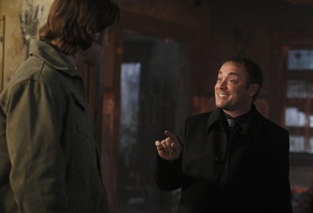 Der Teufel steckt im Detail: Sam (Jared Padalecki, l.) und Crowley (Mark Sheppard, r.) ... - Bildquelle: Warner Brothers