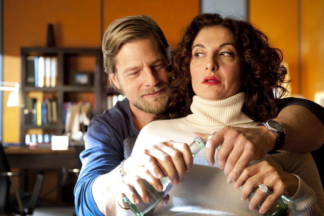 Als Mick (Henning Baum, l.) erfährt, dass Tanja (Proschat Madani, r.) per Internet auf Männersuche geht und sich zu einem Blind Date verabredet, h... - Bildquelle: SAT.1