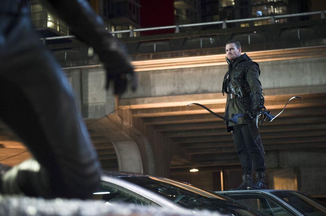 Kann Oliver alias Arrow (Stephen Amell) die Situation noch retten, nachdem in Central City alles aus den Fugen gerät? - Bildquelle: Warner Brothers.