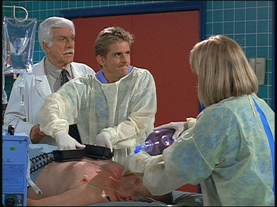Mark (Dick Van Dyke, l.) und Jesse (Charlie Schlatter, M.) bemühen sich vergeblich, einen Patienten wiederzubeleben. - Bildquelle: Viacom