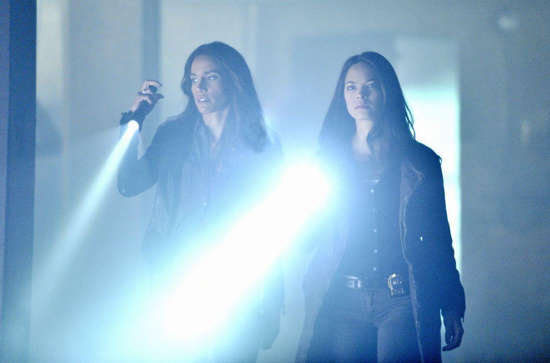 Gemeinsam versuchen Catherine Chandler (Kristin Kreuk, r.) und Tess Vargas (Nina Lisandrello, l.) einen Mordfall zu lösen. Doch bei der Aufklärung m... - Bildquelle: 2012 The CW Network, LLC. All rights reserved.