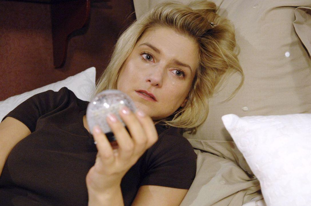 Anna (Jeanette Biedermann) ist niedergeschlagen, als sie erkennen muss, dass sie trotz aller Anstrengung für Jonas nur eine Randfigur bleiben wird und er auch nicht erkennt, welches Talent in ihr steckt.