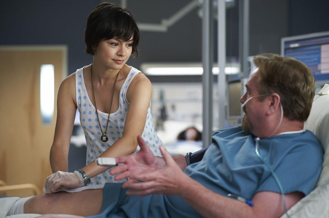 Maggie (Julia Taylor Ross, l.) kämpft um jeden Patienten, egal, welche Umstände die Arbeit auch erschweren. Das kommt auch Roddy Gray (Patrick McKen... - Bildquelle: 2013  Hope Zee Two Inc.