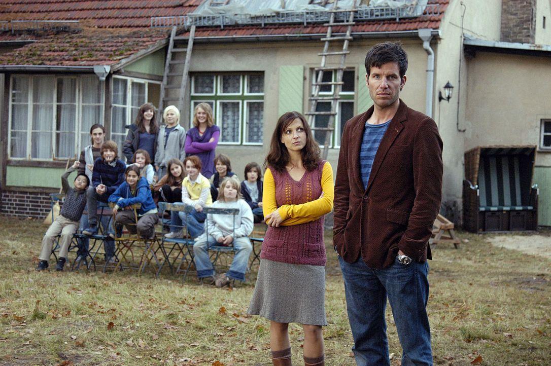 Esther (Julia Brendler, M.) und ihre 13 Kinder hoffen auf tatkräftige Unterstützung von Leon (Tim Bergmann, r.), um das Dach ihres Hauses wieder d... - Bildquelle: Oliver Feist Sat.1