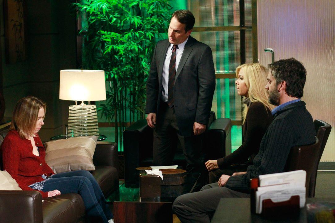 In einem gemeinsamen Gespräch sagt Andi (Liza Weil, l.) ihrer Schwester Lara (Jennifer Aspen, 2.v.r.) und deren Verlobten Jack (Matt Roth, r.) die... - Bildquelle: ABC Studios