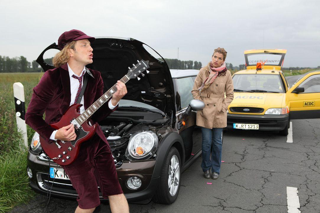 Frauke (Anke Engelke, r.) ist mit ihrem Auto liegengeblieben. Doch die ACDC-Pannenhilfe rückt an und hilft straight away ... - Bildquelle: Guido Engels SAT.1