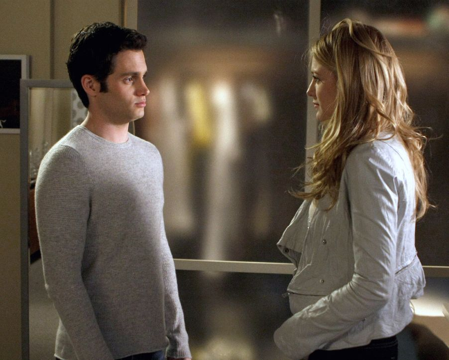 Während Lily einen geheimen Plan schmiedet, um Rufus mit dem Collegegeld für Dan (Penn Badgley, l.) zu helfen, macht Serena (Blake Lively, r.) eine... - Bildquelle: Warner Brothers