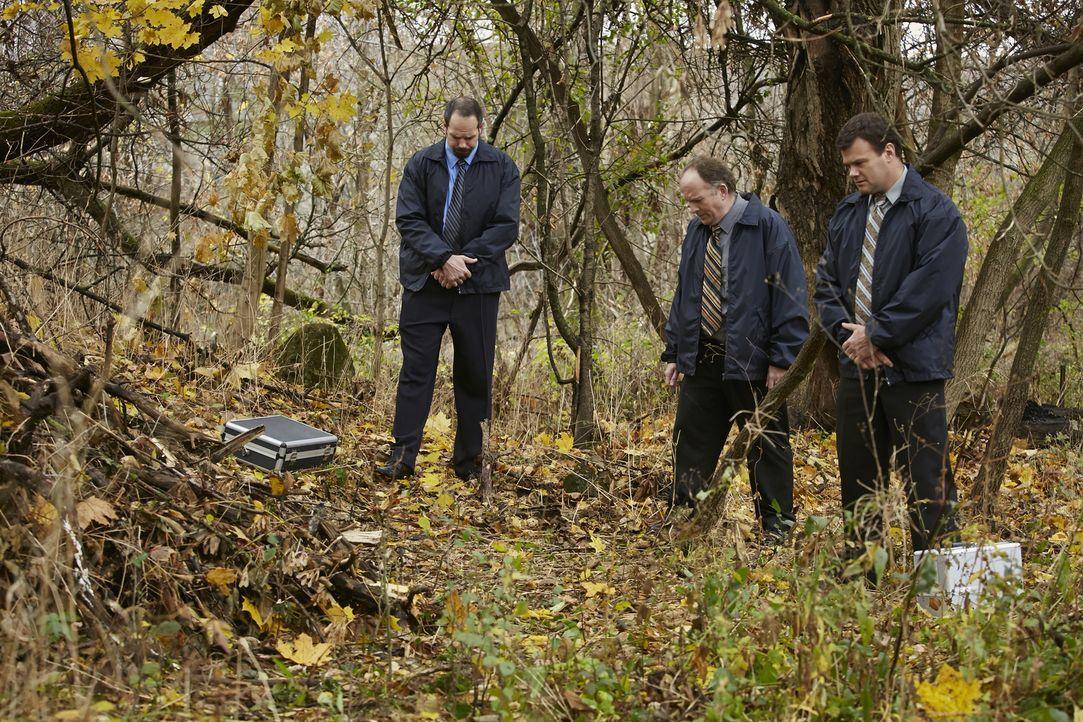 Nach langer Suche finden die Ermittler im Wald die Leiche der vermissten Brooke Wilberger aus Oregon. Doch kommen diese auch ihrem Mörder auf die Sp... - Bildquelle: Ian Watson Cineflix 2015
