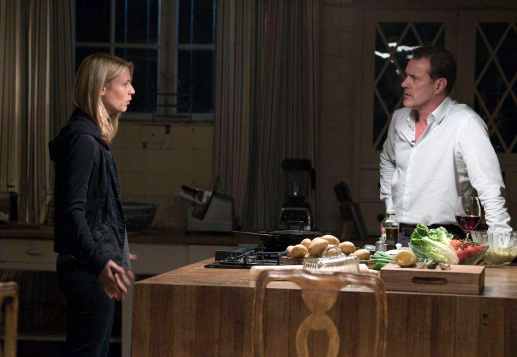 Carrie (Claire Danes, l.) durchforstet die Dateien, die Saul über Otto Düring (Sebastian Koch, r.) ihr hat zukommen lassen. Dabei stößt sie auf Info... - Bildquelle: 2015 Showtime Networks, Inc., a CBS Company. All rights reserved.