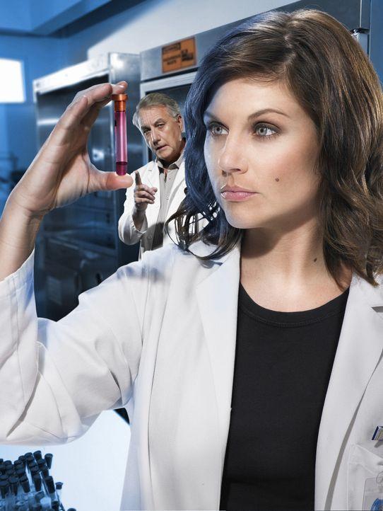 Für die Epidemiologen Kayla Martins (Tiffani Thiessen, vorne) und Dr. Sokorsky (Bob Gunton, hinten) beginnt ein gnadenloser Wettlauf mir der Zeit ... - Bildquelle: 2006 RHI Entertainment Distribution, LLC
