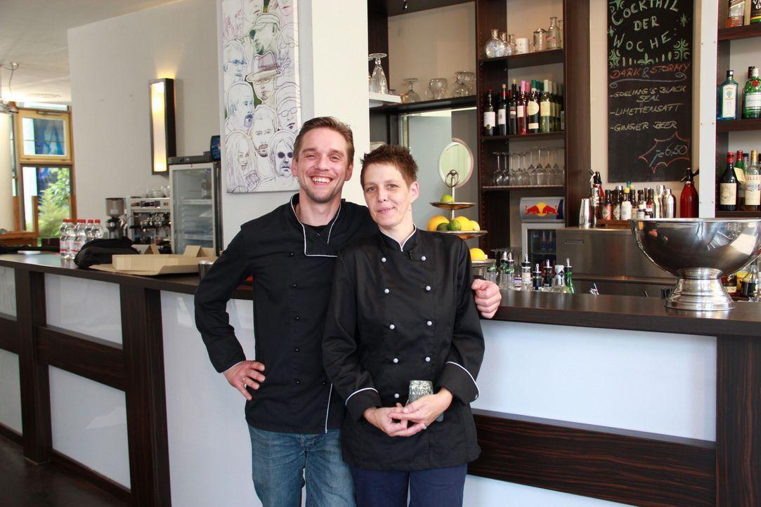 """Jan Schönherr (l.) und Köchin Tanja Müller (r.) würden alles dafür tun, dass die """"Brasserie & Bar Prisma"""" erhalten bleibt. Kann Frank Rosin ihnen da... - Bildquelle: kabel eins"""