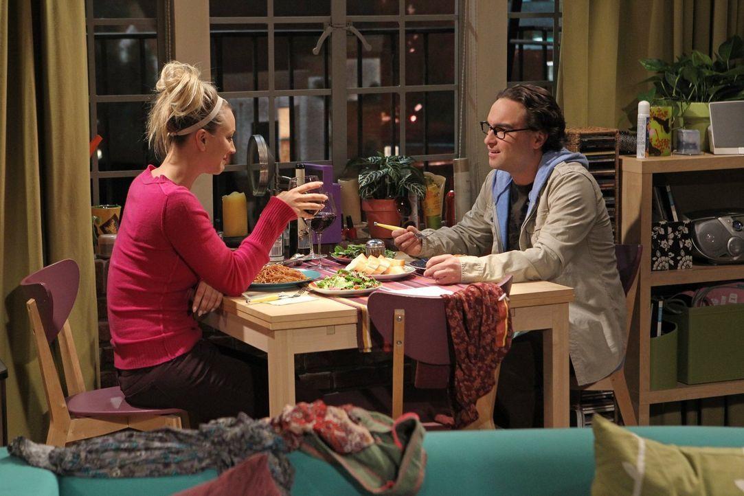 """Während Leonard (Johnny Galecki, r.) versucht, seine Begeisterung für """"Buffy die Vampirjägerin"""" auch Penny (Kaley Cuoco, l.) nahezubringen, gerät Sh... - Bildquelle: Warner Bros. Television"""