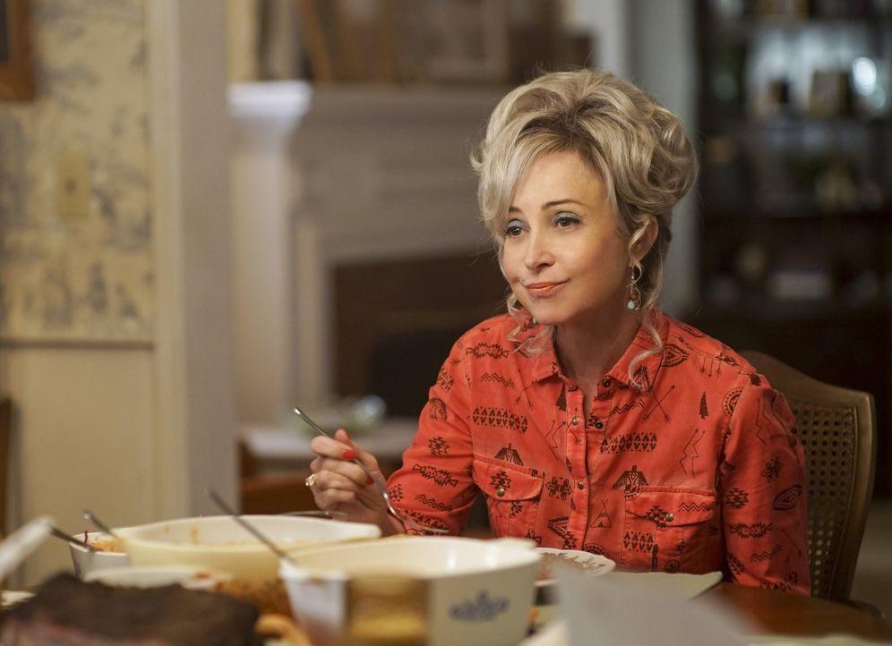Macht sich einen Spaß daraus, George den Wunsch nach dem Rezept für ihre Rinderbrust nicht zu erfüllen: Meemaw (Annie Potts) ... - Bildquelle: Warner Bros.