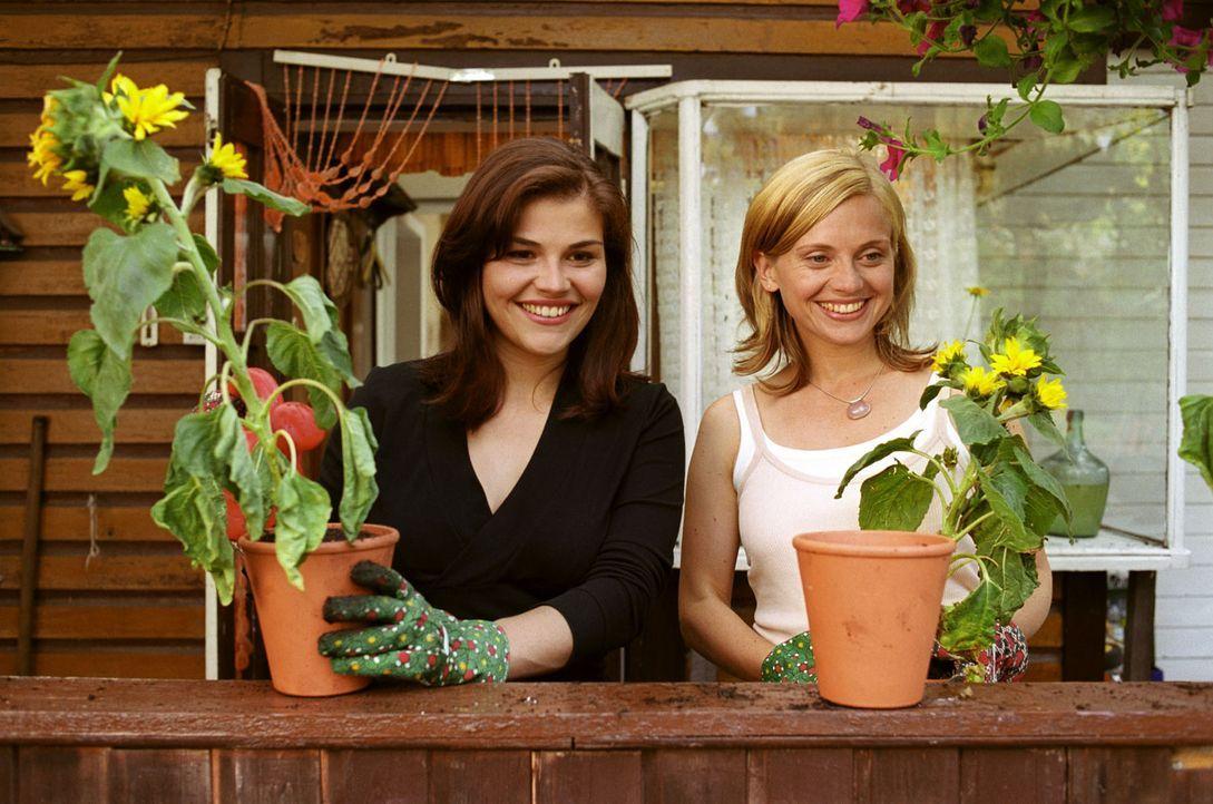 Strahlend beobachten die Freundinnen Pia (Katharina Wackernagel, l.) und Sylvie (Nina Weniger, r.) den kleinen Sam. - Bildquelle: Sat.1