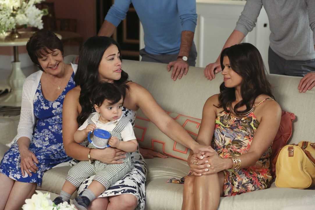 Als Petra anlässlich des Muttertags einen Brunch organisiert, wird die Feiertagstradition von Xo (Andrea Navedo, r.), Alba (Ivonne Coll, l.) und Jan... - Bildquelle: Michael Yarish 2016 The CW Network, LLC. All rights reserved.