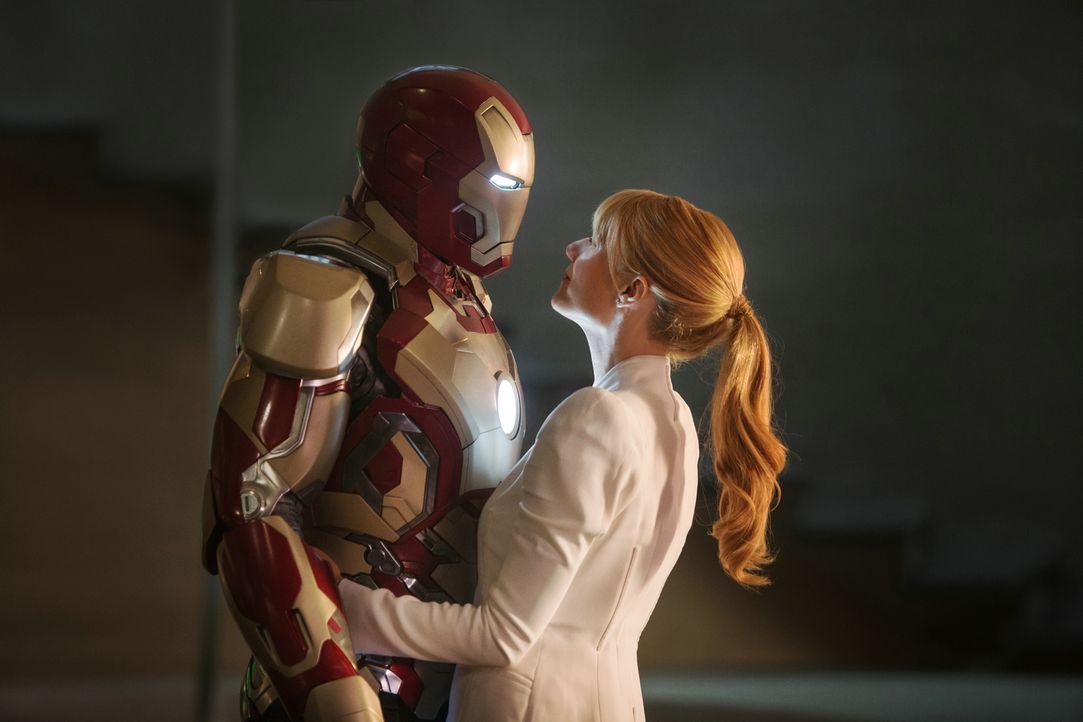 Nach den katastrophalen Ereignissen in New York leidet Iron Man Tony Stark (Robert Downey Jr., l.) an schlimmen Panikattacken, zum Glück hat er sein... - Bildquelle: TM &   2013 Marvel & Subs. All Rights Reserved.