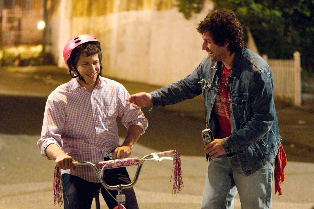 Donny (Adam Sandler, r.) freut sich, dass sein konservativer Sohn Todd (Andy Samberg, l.) endlich etwas auftaut ... - Bildquelle: 2012 Columbia Pictures Industries, Inc. All Rights Reserved.