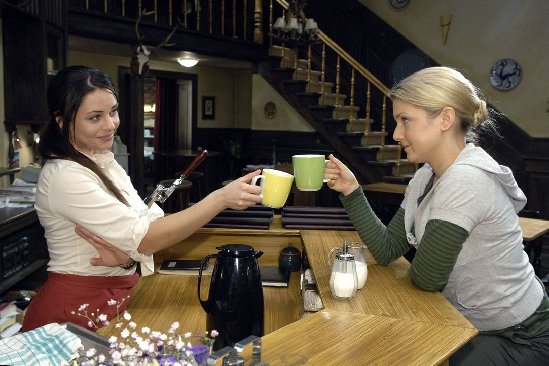 Anna (Jeanette Biedermann, r.) und Paloma (Maja Maneiro, l.) stoßen auf Annas Plan, als freie Mitarbeiterin für verschiedene Agenturen zu arbeiten,... - Bildquelle: Claudius Pflug Sat.1