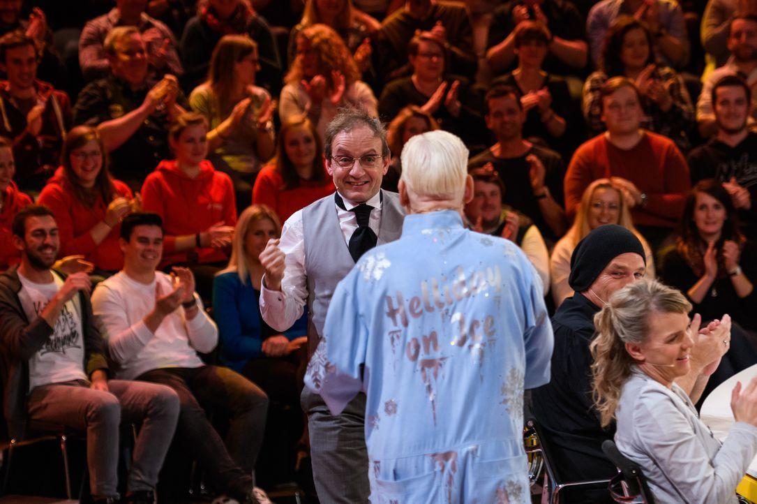 Da hält es ihn nicht mehr auf dem Stuhl: Wigald Boning knackt die Frage der Zuschauer - Bildquelle: Willi Weber SAT.1