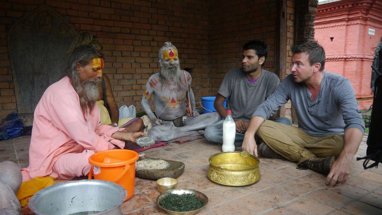 Jack Maxwell (r.) reist rund um den Globus, um - wie hier in Nepal - die interessantesten Drinks der Welt zu entdecken und die Kultur und Menschen h... - Bildquelle: 2014, The Travel Channel, L.L.C. All Rights Reserved.