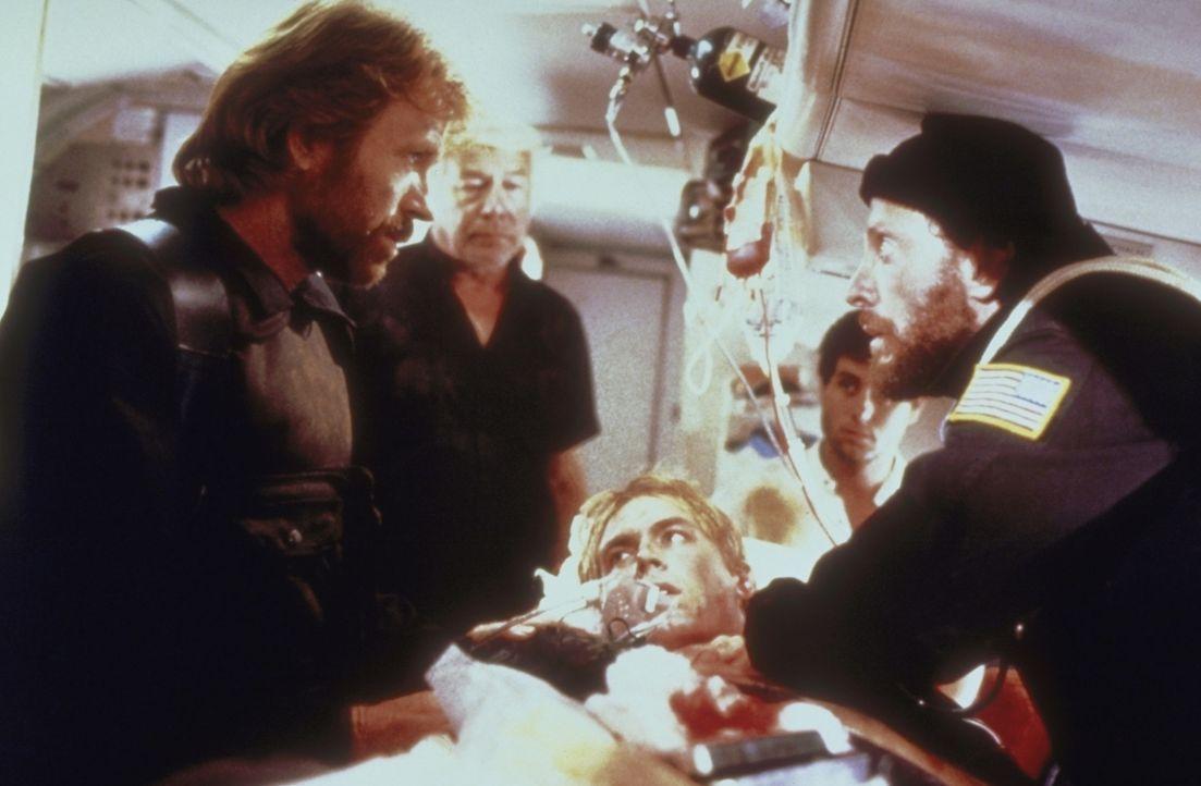 Ein Flugzeug wird auf dem Weg von Athen nach Rom von palästinensischen Terroristen entführt. Für Major Scott (Chuck Norris, l.) von der nationalen E...