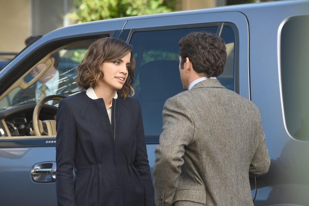 Während Claire (Natalie Morales, l.) eine Affäre mit Timothy beginnt, muss sich Stewart (Fred Savage, r.) mit einem hinterhältigen Reporter herumärg... - Bildquelle: 2015-2016 Fox and its related entities.  All rights reserved.