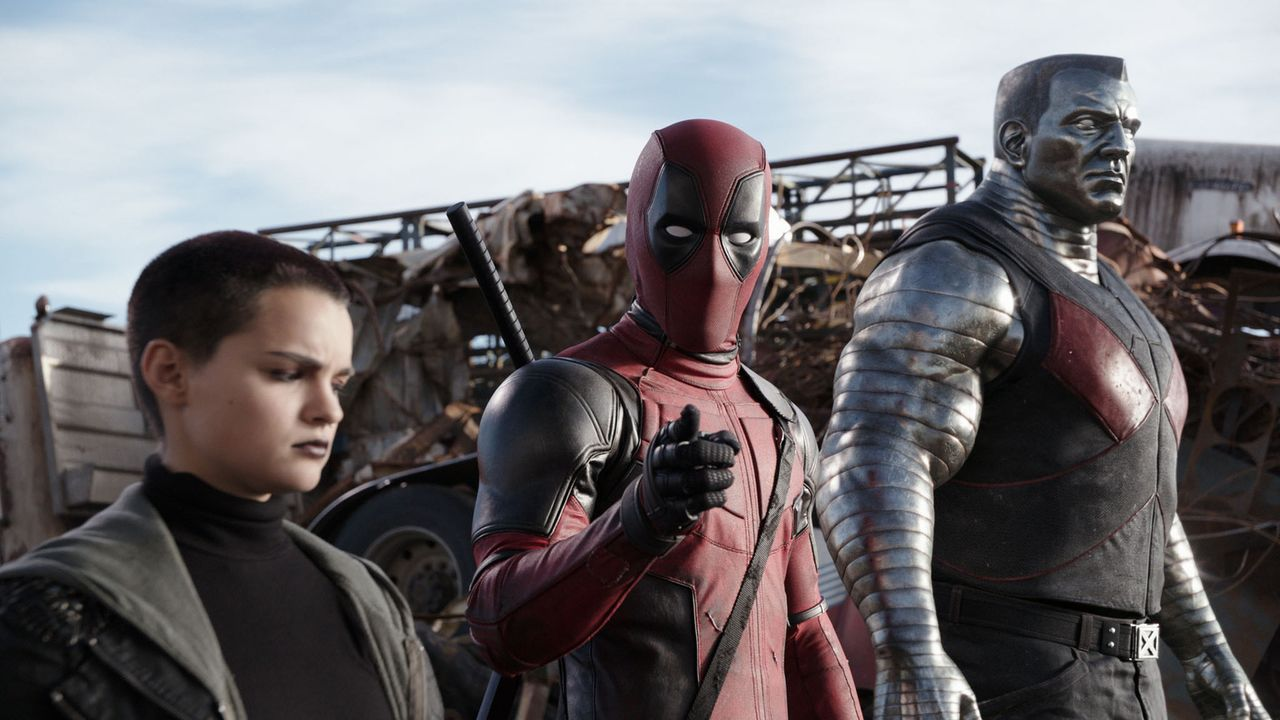 Das nervt Negasonic Teenage Warhead (Brianna Hildebrand, l.) und Colossus: Im Gegensatz zu anderen Superhelden hat Deadpool (Ryan Reynolds, M.) nich... - Bildquelle: 2016 Twentieth Century Fox Film Corporation.  All rights reserved.  MARVEL   2016 MARVEL