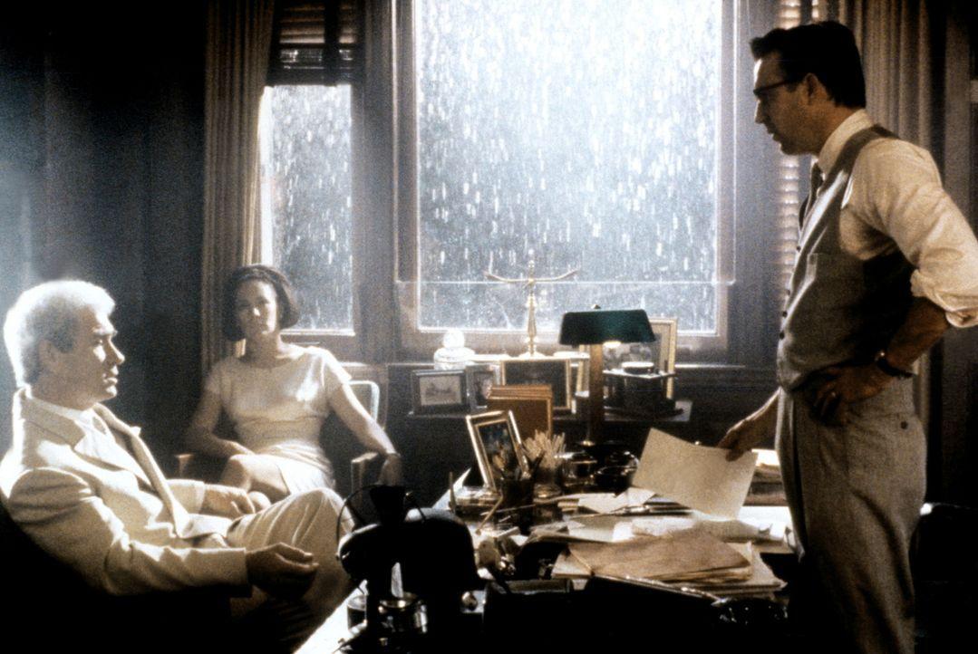 Staatsanwalt Garrison (Kevin Costner, r.) weiß, dass Clay Shaw (Tommy Lee Jones, l.) mehr über die Ermordung Kennedys weiß, als er zugibt. - Bildquelle: Warner Bros.